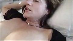 Amateurvrouw neukt een vreemde terwijl haar man filmt