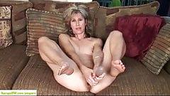 セクシー熟女が自慰行為。