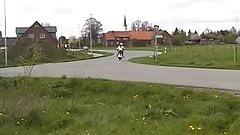 Auf Motorroller gefickt