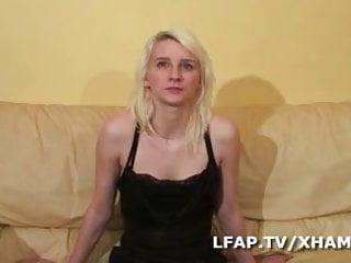Chicken breast divan Jolie petite blonde se fait defoncer sur le divan