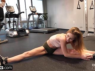 Sydney hardcore gyms - Sydney cole peek of her pussy in the gym