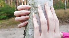 Seksowna dziewczyna o imieniu fantasynail drapie drzewo!