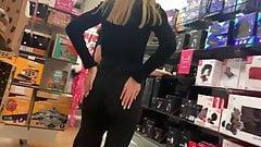 Сексуальная задница юной в магазине