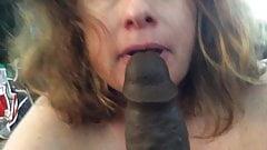 BBW-Mutter mit behaarter Muschi, BBC-Fantasie lutscht langen schwarzen Dildo