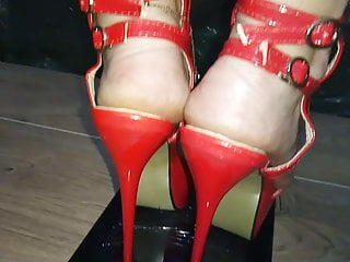 Cansei de ser sexy tabs Lady l crush tab with sexy red high heels.