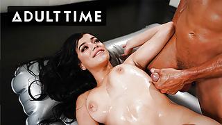 Savannah Sixx Shows Tommy Gunn Her Sexy Massage Skills