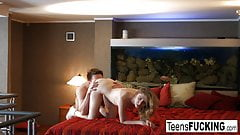 Seks młodej sypialni Isabel kończy się wytryskiem w środku