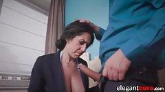 Грудастая бизнесвумен сосет и трахается с большим членом в анальном офисе