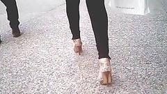СЕКСУАЛЬНАЯ СЕКСУАЛЬНАЯ, страпоны на платформе с каблуками идут