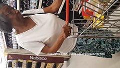 Vecchia nonna nera con grandi tette cadenti upskirt pt. 2