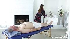 Abuelo va a masajista teen.y ella se come su corrida
