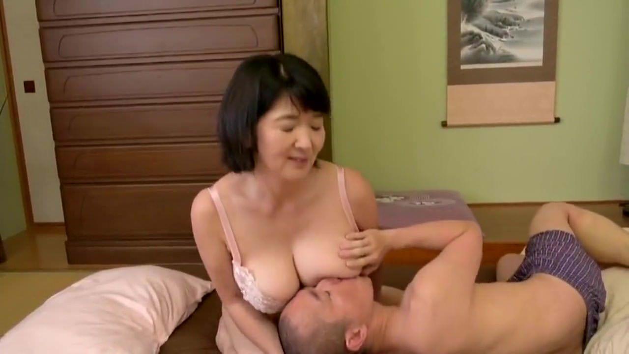 熟女妻の上島美都子が息子に巨乳やマ○コを弄られ生ハメ中出し