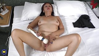Latin mature mother Bella and hitachi sex toy