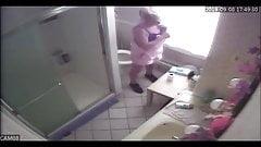 Мачеху застукали перед мастурбацией шпионской камеры в ванной