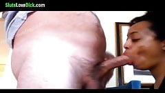 Puta de ébano de piel clara chupa al hombre blanco
