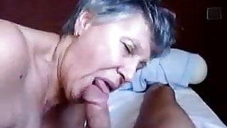 Mamie aime jouer avec un sexe