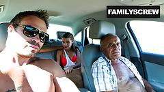 Уличная шлюшка трахается с дедушкой, сыном и дядей
