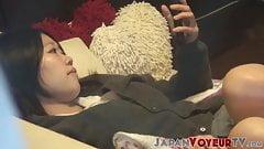 Японская сучка играет со своей волосатой киской на секретном видео