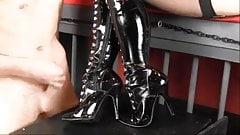Herrin Lola ruiniert in schönen Stiefeln und Strümpfen