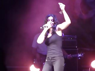 Jenifer love hewit boobs Jenifer remue ses gros seins en concert.