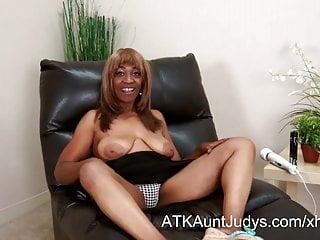 Rype mature pussy 57-year old ebony milf andraya masturbates her mature pussy