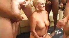 Puta mamadora y nalgona Dana Hayes se atraganta de vergas
