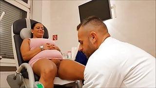 Frauenarzt kontrolle - Sie hat Probleme feucht zu werden