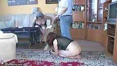 OldNanny сексуальная молодая девушка играет со стариком и зрелой
