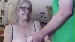 Yasli annesinin agzina veriyor granny mom anne ogul ensest