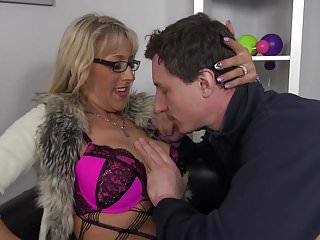Young boy cock sucked Gorgeous milf suck and fuck young boy