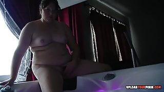 Chubby girlfriend records herself masturbating while bathing