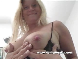 Hot asian abs - Versaute milf melkt den schwanz ab.