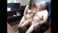 Reifer Typ will seine Sekretärin ficken