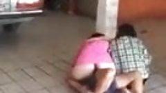 Briga de duas mulheres uma de vestido