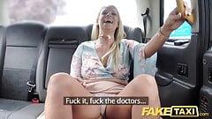 Fake Taxi John получает хорошее лизание задницы в такси