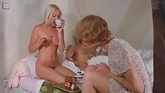Thressome french sex in morning  (Sexo manianero con amigas)