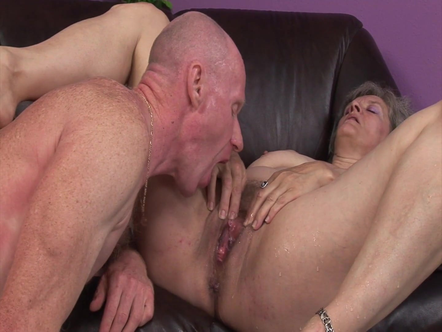 Older slut gets slammed in her crusty old cunt