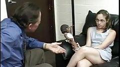 Маленькую тинку в очках трахает терапевт