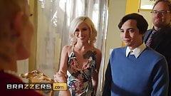 Die vollbusige Blondine Joslyn James schließt sich einem heißen Dreier mit Kiara an
