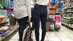 Ботанистая юная блондинка с задницей в джинсах