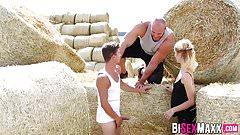 Мускулистый чувак скачет на блондинке и чуваке