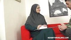 Muslimische MILF zahlt für Dienstleistung mit ihrem Körper