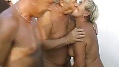 Две дедушки трахают бабушку-толстушку в ее волосатую киску и рот