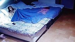Nastolatek czyta w łóżku .. nago ..