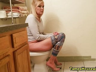 Watch girls peeing for free Everybody in this family watches mommy pee