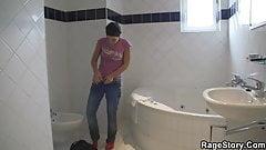 Europäische Freundin nimmt extremes Schwanzreiten nach der Dusche