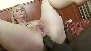 Blonde dt Hausfrau schiebt sich riesen Dildo in den Arsch