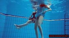 Волосатые и татуированные тинки с большими сиськами в бассейне