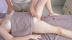 Massagerooms. garota peituda acaba puxando sua buceta. massagista