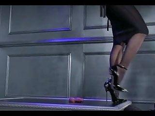 Naked ama - Bella ama dando un shoejob